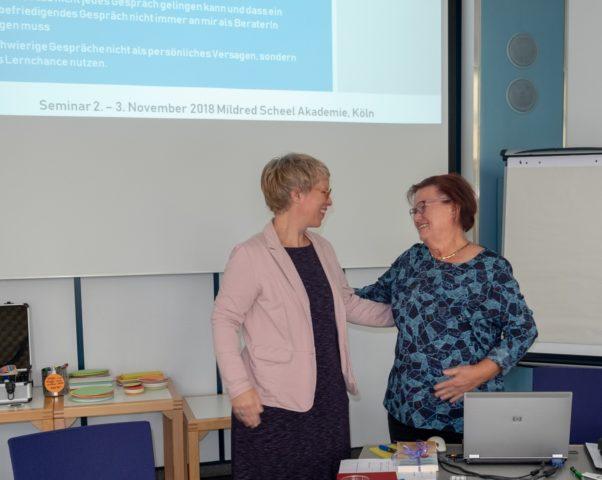 Dankeschön an Frau Grudke (rechts Frau Grudke, links Frau Lange), Foto: Hartmut Schäfer